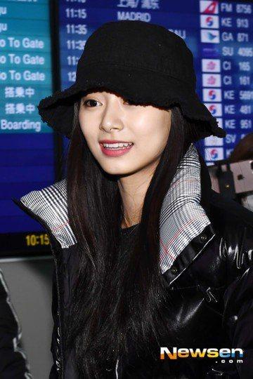 TWICE的台籍成員周子瑜回家囉!她今天從仁川機場出境,戴著漁夫帽依舊難掩美貌,一看到粉絲就親切揮手打招呼,回家心情好到藏不住。因為韓國持續零下低溫,子瑜穿著超厚黑色羽絨外套,自己推著行李箱登機。她...