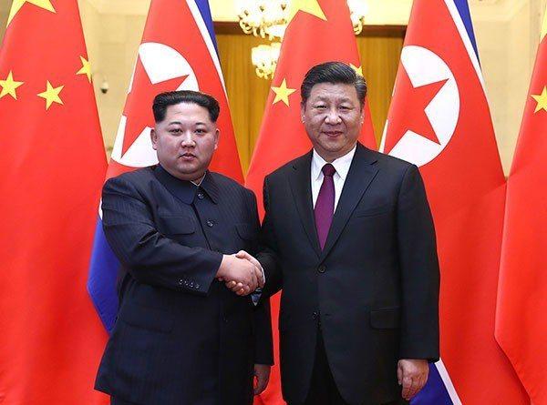北韓領導人金正恩(左)8日下午會晤中國國家主席習近平,在人民大會堂舉行第四次中朝...