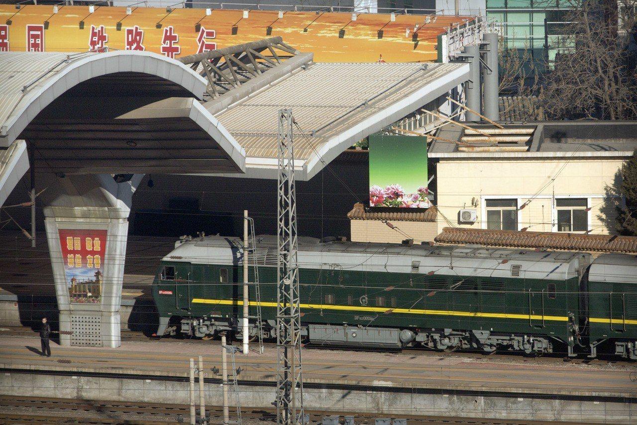 疑似北韓領導人金正恩搭乘的專列8日駛入北京車站。美聯社