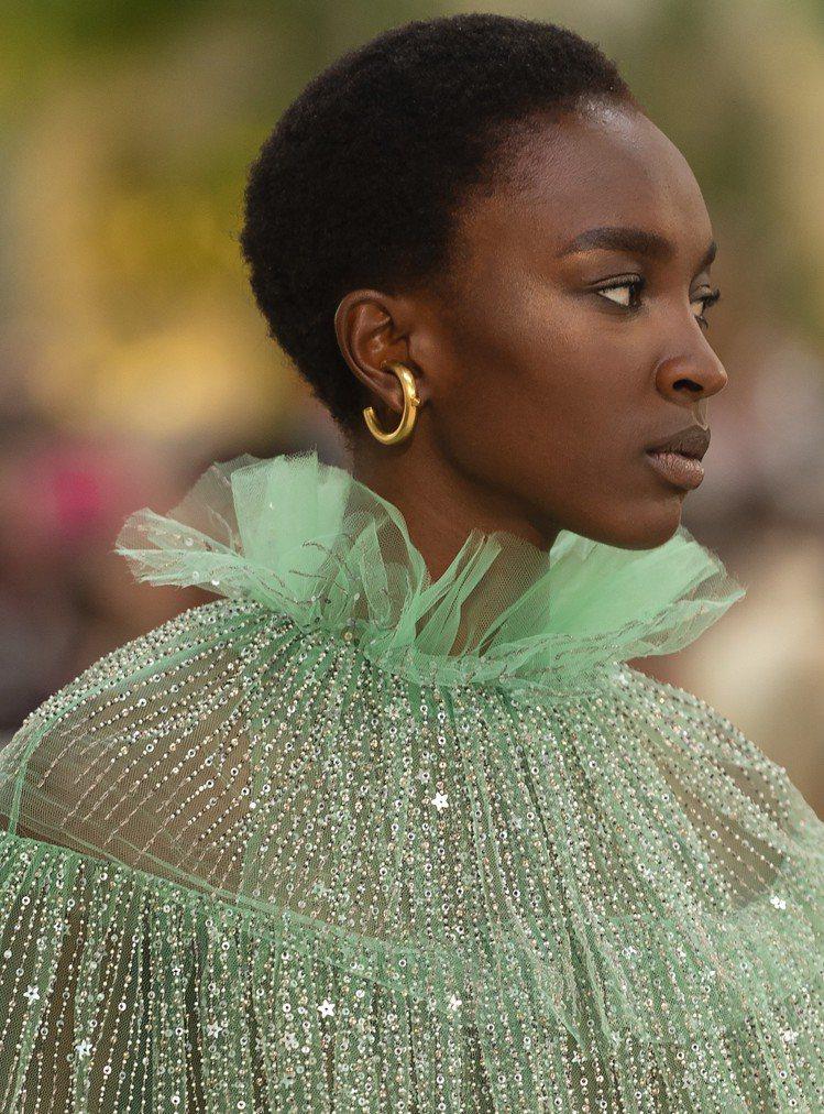 Valentino春夏草綠色薄紗短禮服,細節更可以看見閃著光澤的星星亮片和黑白珠...