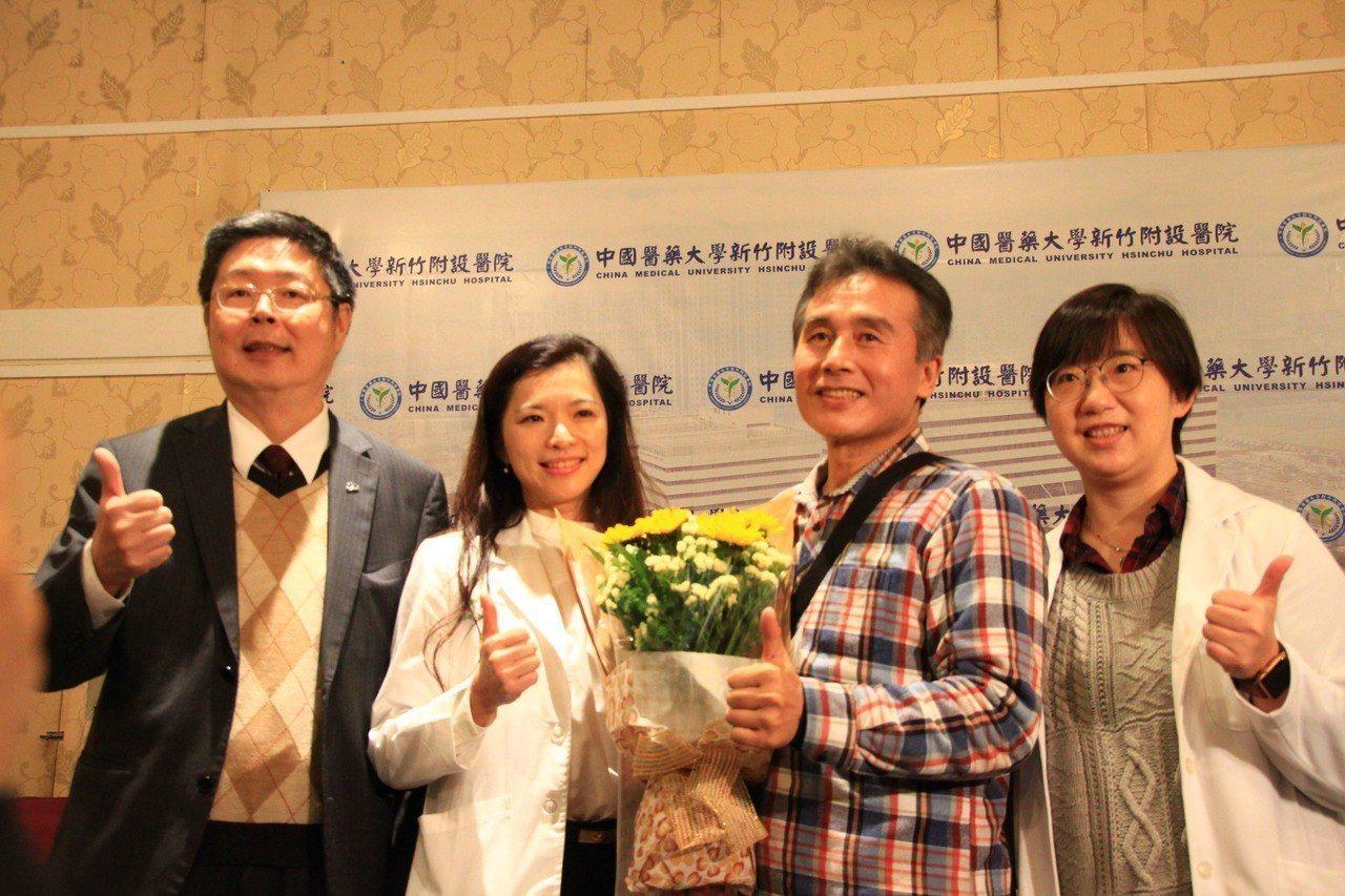 60歲新竹江姓男子(右二)罹患直腸癌,透過醫院的救治,進行微創手術,成功保住保住...
