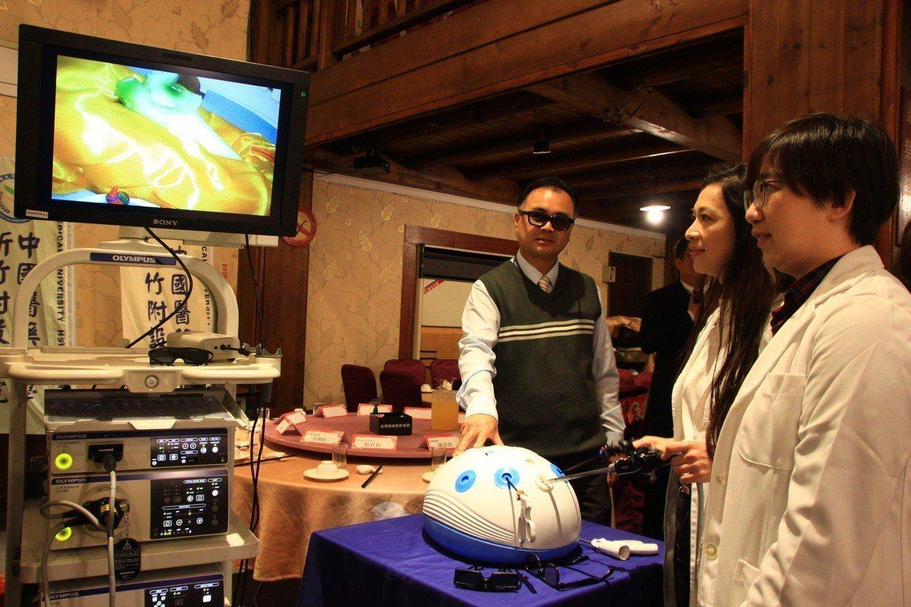 新竹附醫是大新竹地區唯一提供最高等級可彎3D腹腔鏡醫療服務的醫院,今天示範儀器如...
