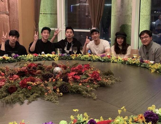 王大陸(左3)在自己的IG曬出私人飯局照,現場赫見成龍(右起)、李靚蕾、王力宏、...