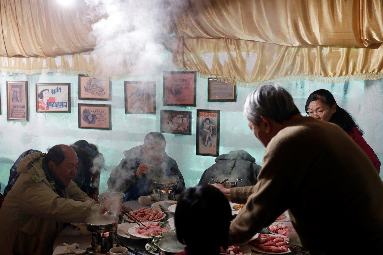 遊客冒著零度以下低溫大啖熱騰騰的火鍋,體驗冰火二重天的滋味。路透