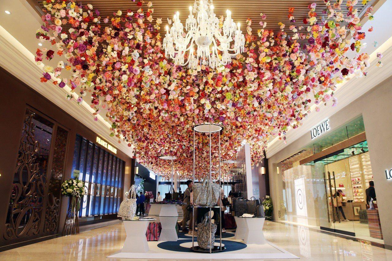 微風南山一樓「花饗」裝置藝術,由花藝大師凌宗湧設計。記者徐兆玄/攝影