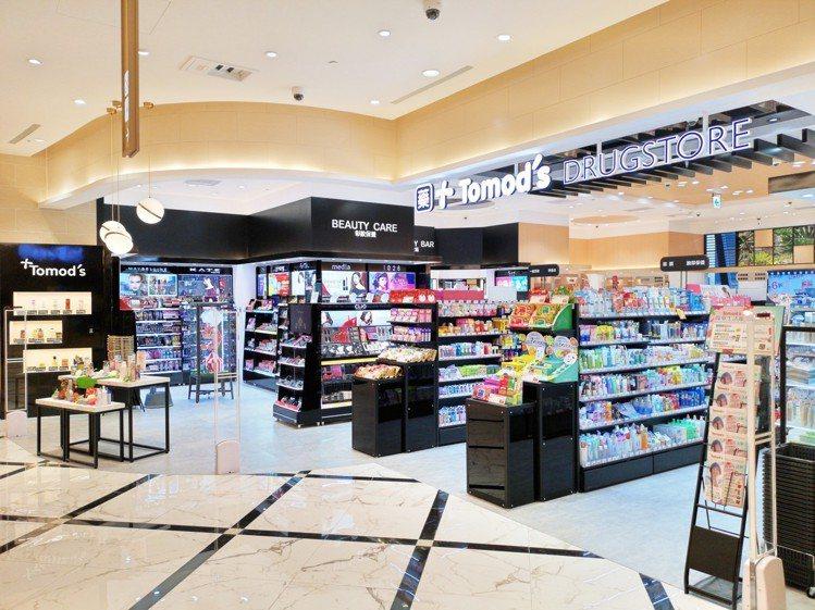 Tomod's全台首間特別仕樣店的彩妝區以簡約黑風格裝潢。圖/Tomod's提供