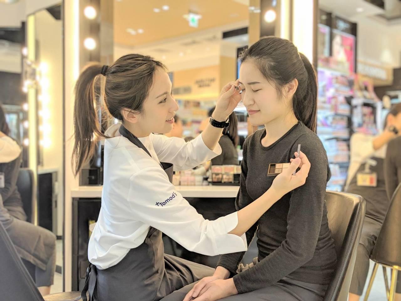 Tomod's特別仕樣店彩妝師店長提供美妝諮詢服務。圖/Tomod's提供