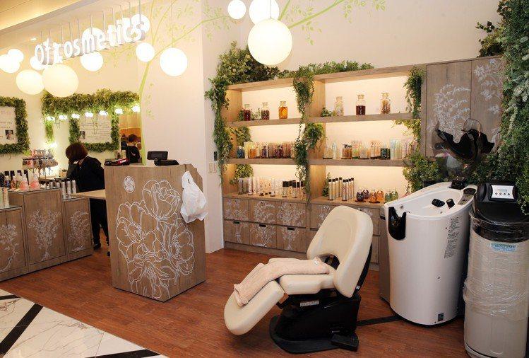 來自日本的美髮沙龍Of cosmetics引進的「自動洗髮機」造成話題。圖/記者...