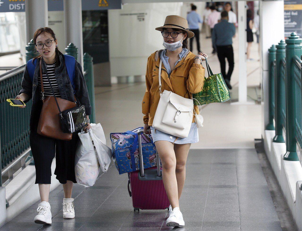 泰國政府去年宣布免收21國旅客落地簽證費,顯著提高赴泰旅客人數,中國觀光客明顯增...