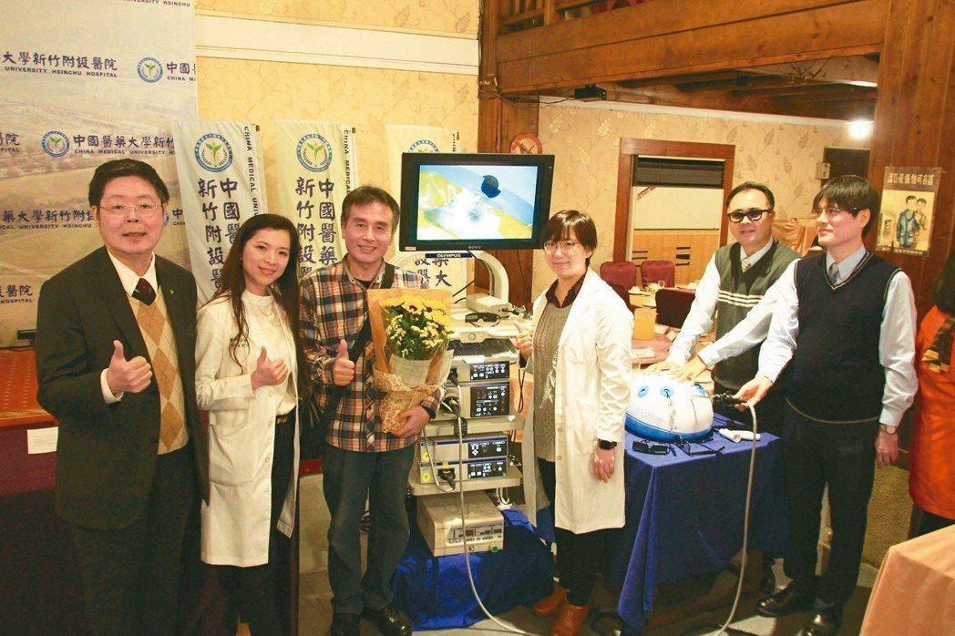 60歲新竹江姓男子(左三)罹患直腸癌,透過醫院的救治,進行微創手術,成功保住肛門...