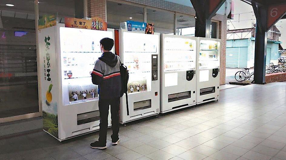 宜蘭轉運站臨時設置4台冷熱飲自動販賣機。 記者戴永華/攝影