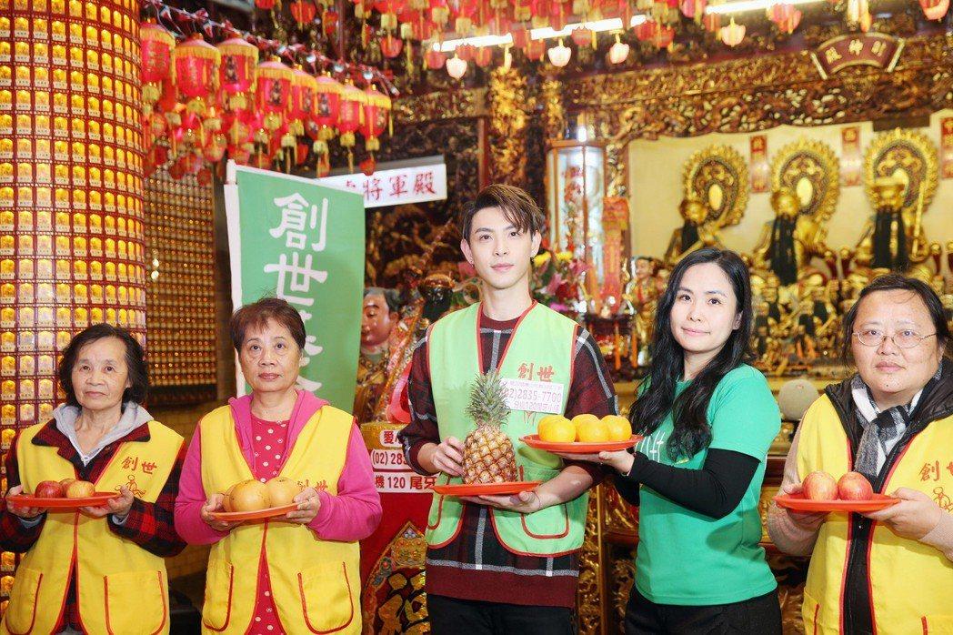 連晨翔(中)與義工媽媽們一起來到松山霞海城隍廟,為寒士尾牙活動祈福 ,希望大家幫...