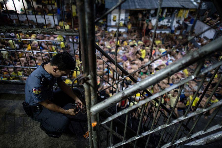 奎松市監獄裡面的一名獄警鎖上鐵門。 (法新社)