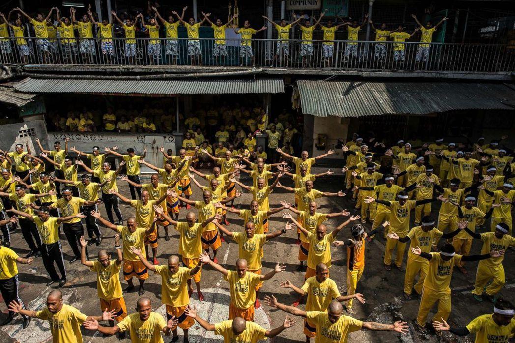 馬尼拉市監獄犯人集體放風運動。 (法新社)