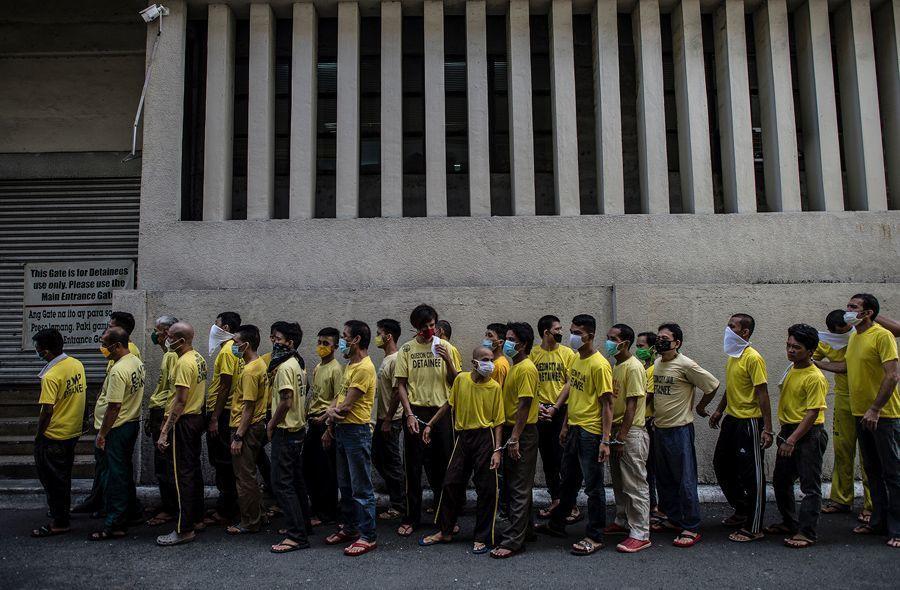 奎松市地區法院外,囚犯大排長龍等候庭審。 (法新社)