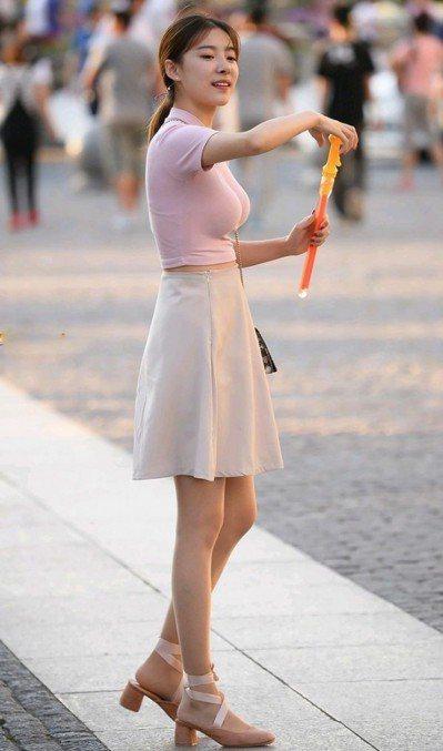 哈爾濱的腰瘦正妹瞬間成網紅。 (取自微博)