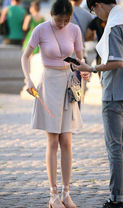 哈爾濱的腰瘦正妹瞬間成網紅,網友看到後紛紛大讚「斜肩帶真的是很重要的發明」。 (...