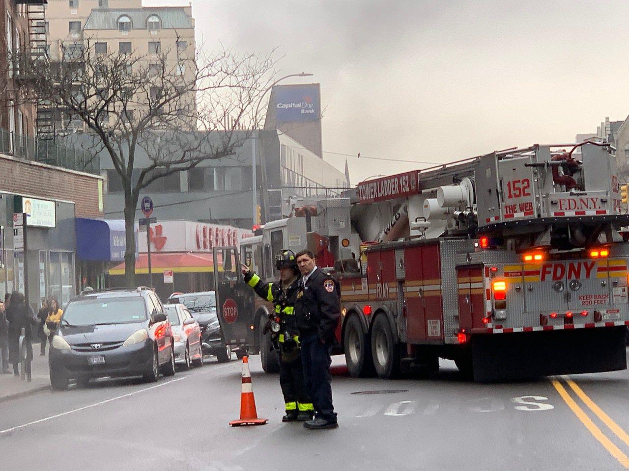 法拉盛鬧區街頭8日下午突然有人孔蓋冒出濃煙,引發周邊商家和行人緊張走避,警方和大...