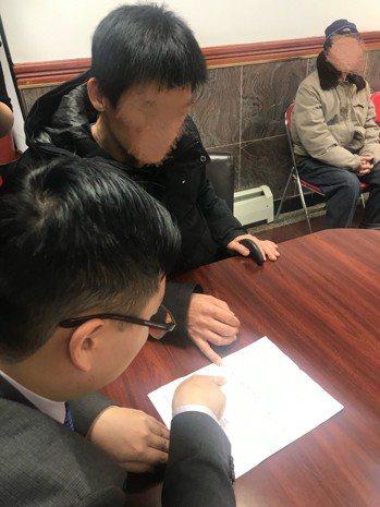 華裔曾先生2018年9月因準備買房而向信用公司查詢自己的信用紀錄,不料竟被告知已...