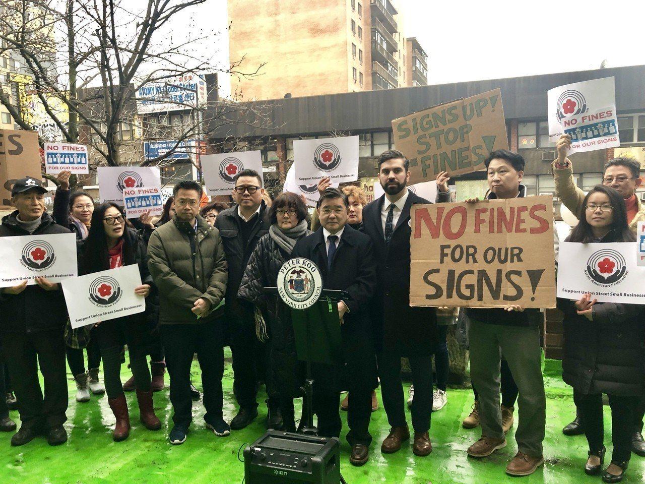 市議員艾斯賓納和顧雅明8日在法拉盛表示,市議會有望在9日通過「招牌法案」,該法案...