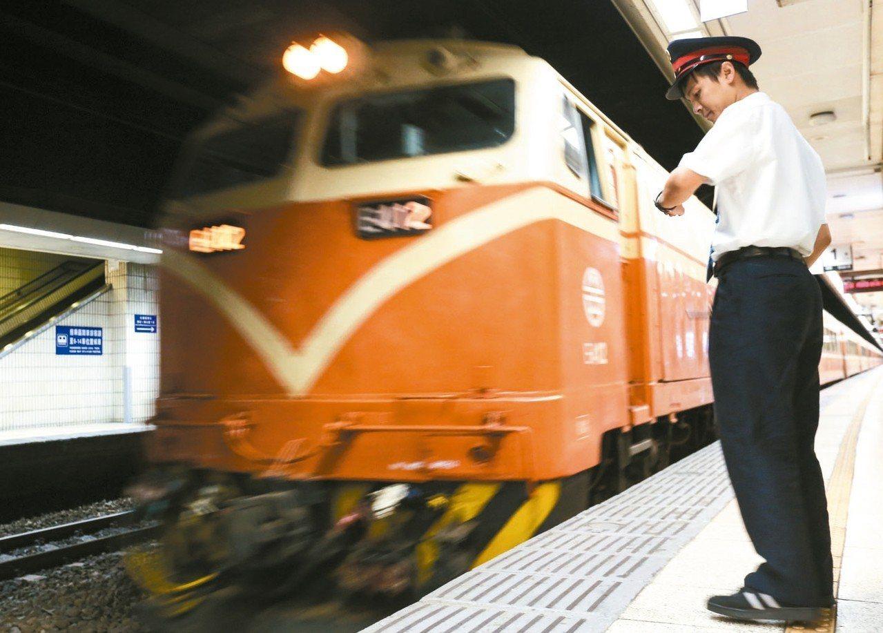 圖為凌晨5時,守夜班的台鐵運轉員迎接第一班列車的到來。 圖/聯合報系資料照片