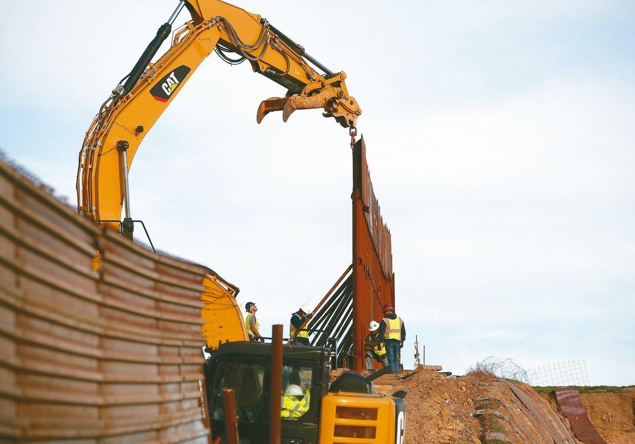 美國府會預算僵局未解,但工人持續更換美墨邊界圍籬。 美聯社