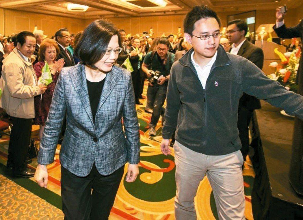 蔡英文曾在臉書介紹「口譯哥」趙怡翔(右)。 圖/取自蔡英文臉書