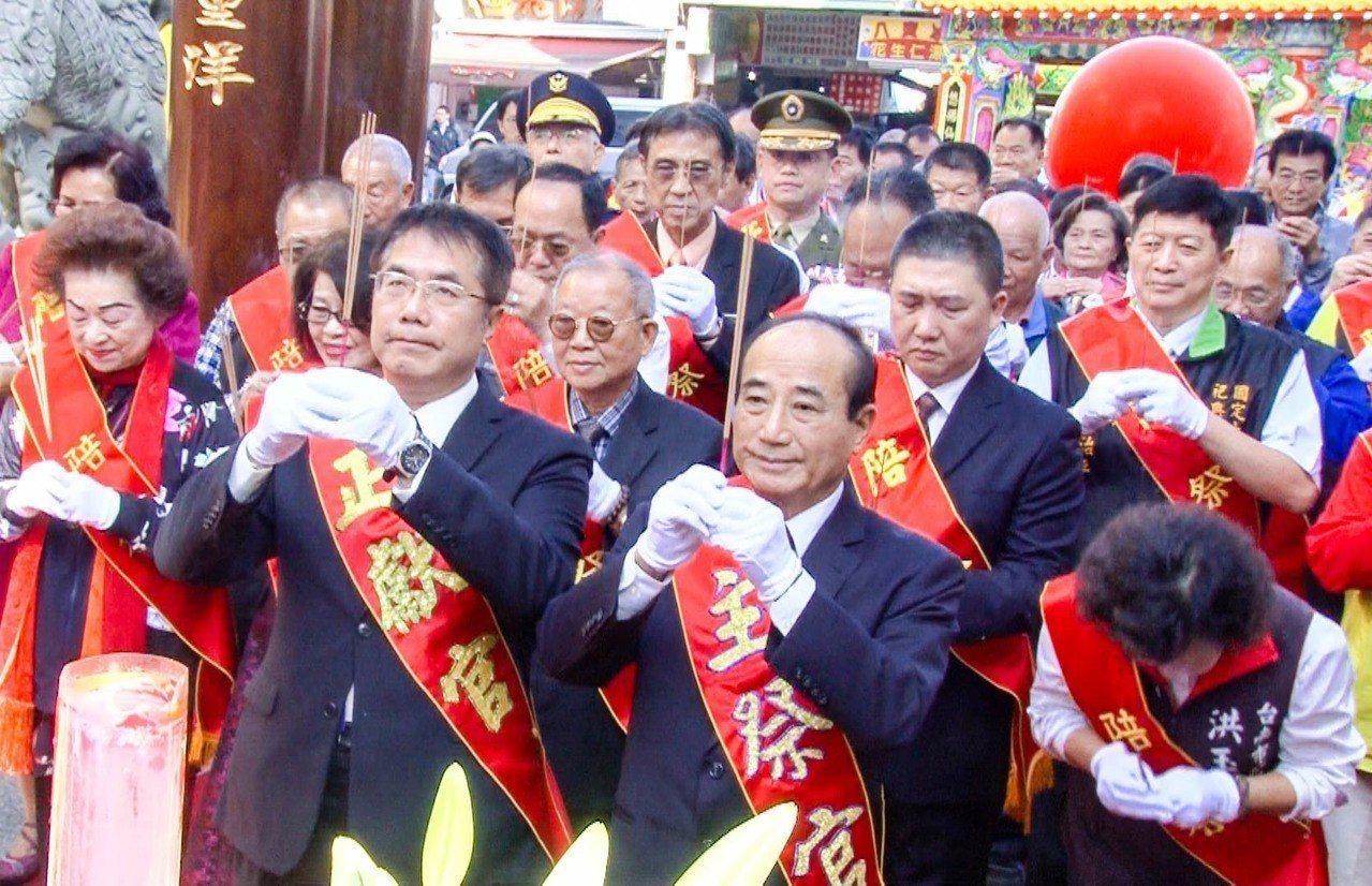 台南市長黃偉哲(前排左)、立院前院長王金平(前排右)今出席參加全台祀典大天后宮步...