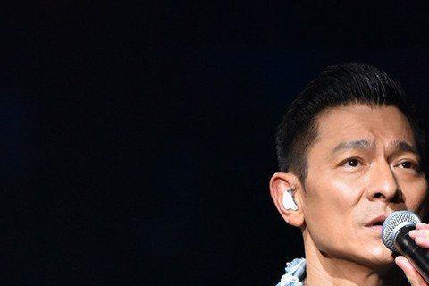劉德華(華仔)因罹患流感,日前迫不得已取消7場香港演唱會,並呼籲觀眾保留完整票根,以便後續處理。原先主辦方希望利用今年12月補場方式演出,結果昨(18日)出爐。主辦方昨發聲明宣布,2019年12月香...