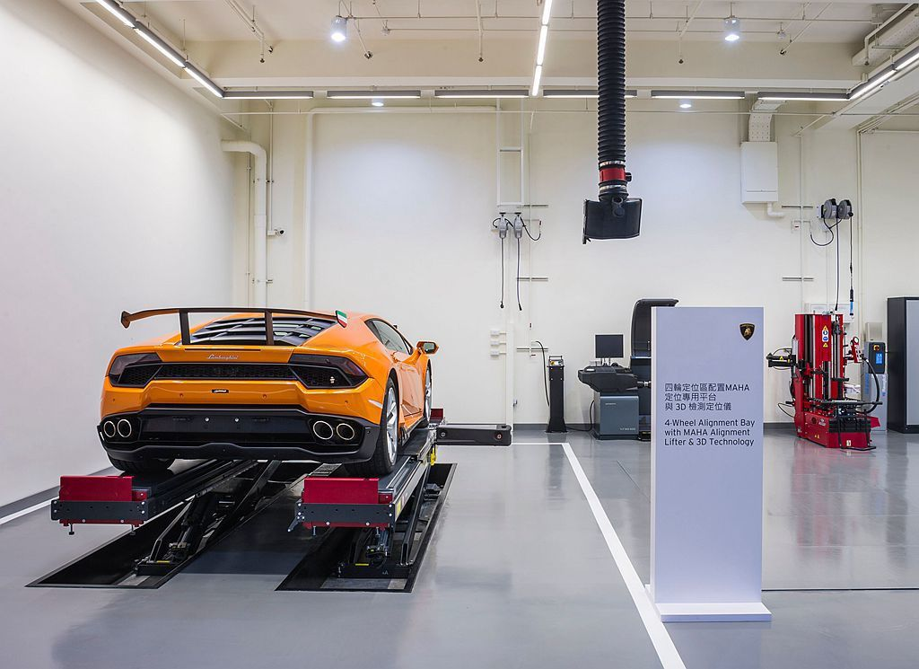 地下一樓的主要維修空間依照服務方向具備車輛檢測區、四輪定位區 (配置MAHA定位專用平台與3D檢測定位儀)、車輛保養區、診斷與空調系統服務區、輪胎服務區(配備輪胎更換機與平衡機)等各式站台。 圖/Lamborghini Taipei提供