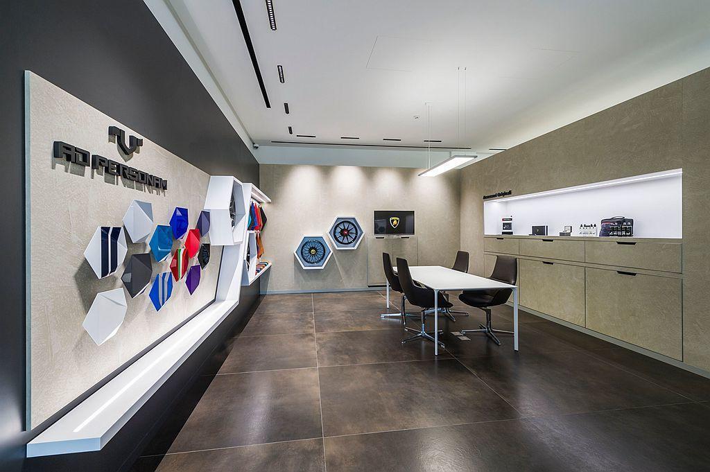 Lamborghini Ad Personm頂級客製化服務亦在全新的展示中心裡有...