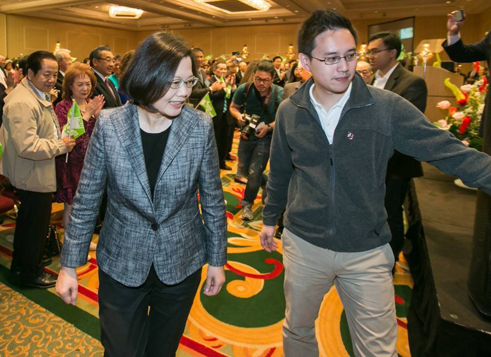 口譯哥趙怡翔(右)傳出將出任駐美代表處政治組長一職,遭質疑對基層外交人員不公平。...