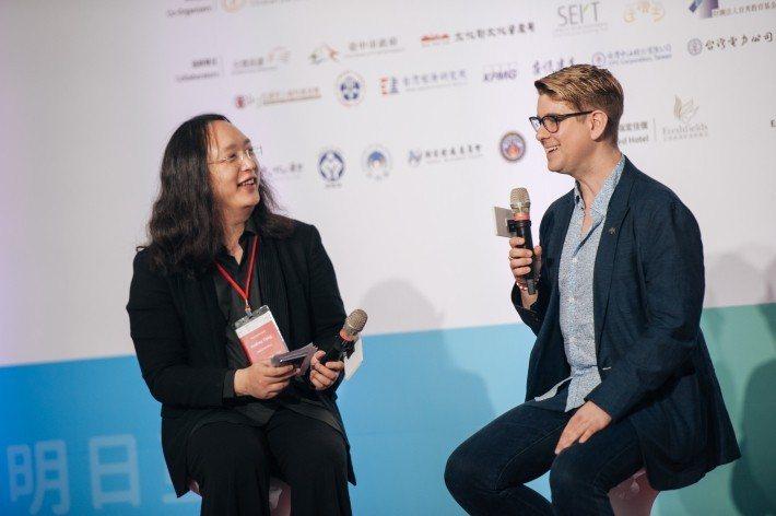 唐鳳與 Gavin 暢談幸運小鐵魚的創辦過程。圖/社企流提供