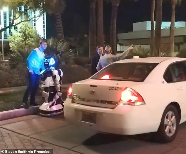 美國拉斯維加斯1輛Model S特斯拉車,開啟自動輔助駕駛系統,卻直接「撞死」路邊1台機器人。圖/翻攝自每日郵報