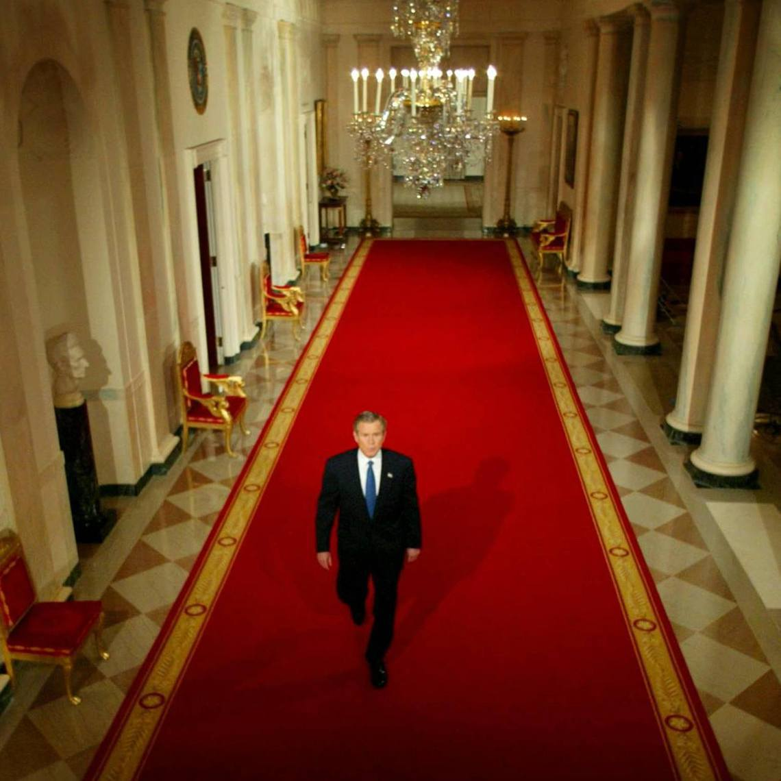 2003年3月6日,小布希準備走到白宮東廂辦公室,向全國說明對伊拉克的最後通牒;...
