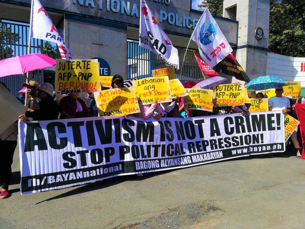 2019年初始,約有七十個左翼團體成員聚集在菲律賓國家警察總局前,譴責警方與軍隊...