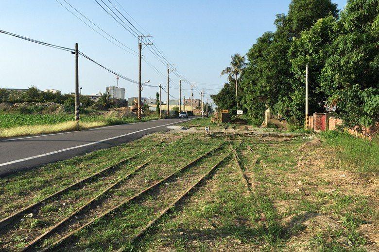 道路拓寬前的糖鐵遺址與周邊環境。 圖/作者提供
