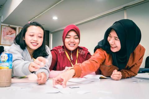 One-Forty每個月會幫移工上兩次中文課,在星期日的時候,搭配當週課文內容教...