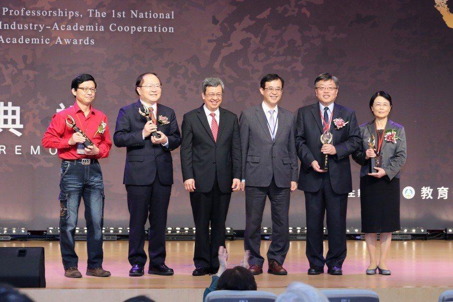 副總統陳建仁(左三)、教育部次長姚立德(左四)與國家講座得獎人合影。(教育部提供...