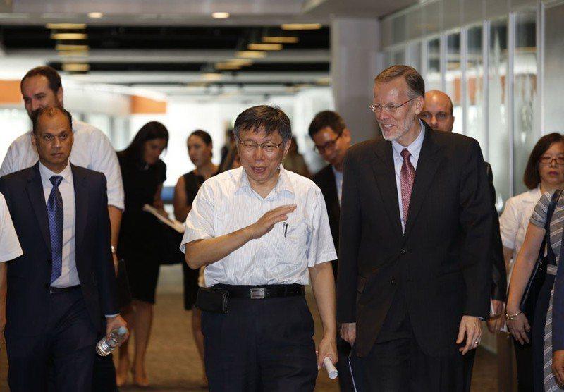 AIT台北辦事處處長酈英傑(右)親訪連任的柯文哲(中),打探「白色力量」領導人的態度。 攝影/郭晉瑋