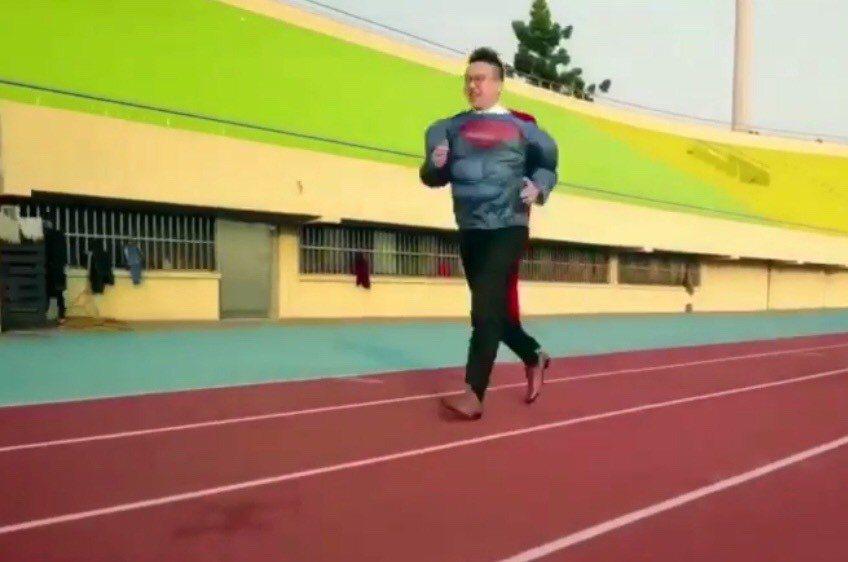 保險業務員吳昇鴻常以超人業務員,常穿著超人裝參加路跑活動。照片/吳昇鴻提供