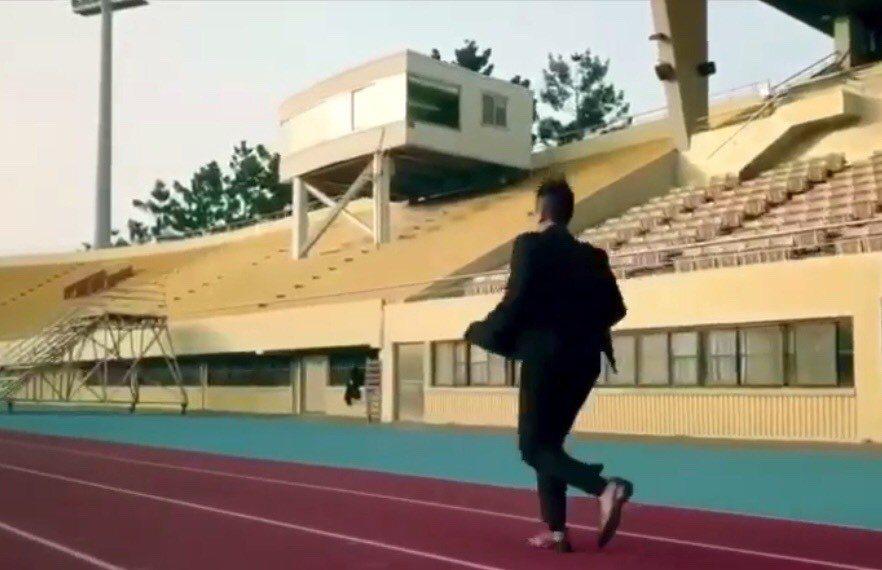 保險業務員吳昇鴻拍微電影自我形銷,穿上西裝在跑道上奔馳。照片/吳昇鴻提供