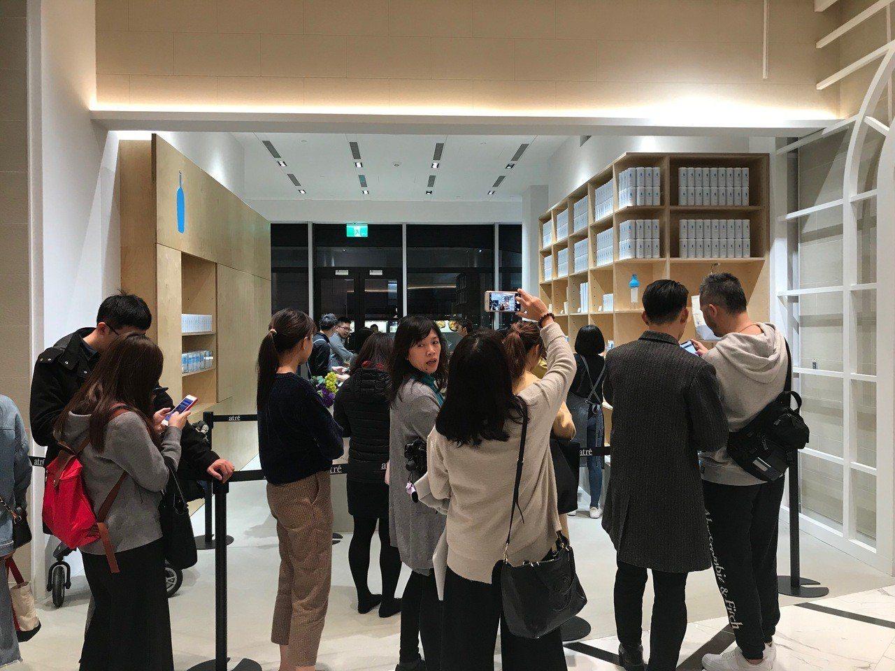 微風南山暖身開幕,Blue Bottle Coffee禮品店即出現排隊人潮。記者...