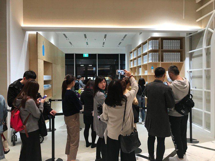 微風南山暖身開幕,Blue Bottle Coffee禮品店即出現排隊人潮。圖/...
