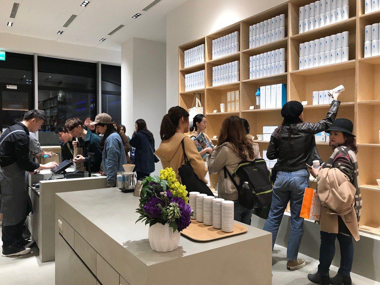 許多消費者都對Blue Bottle Coffee周邊商品相當感興趣。記者江佩君...