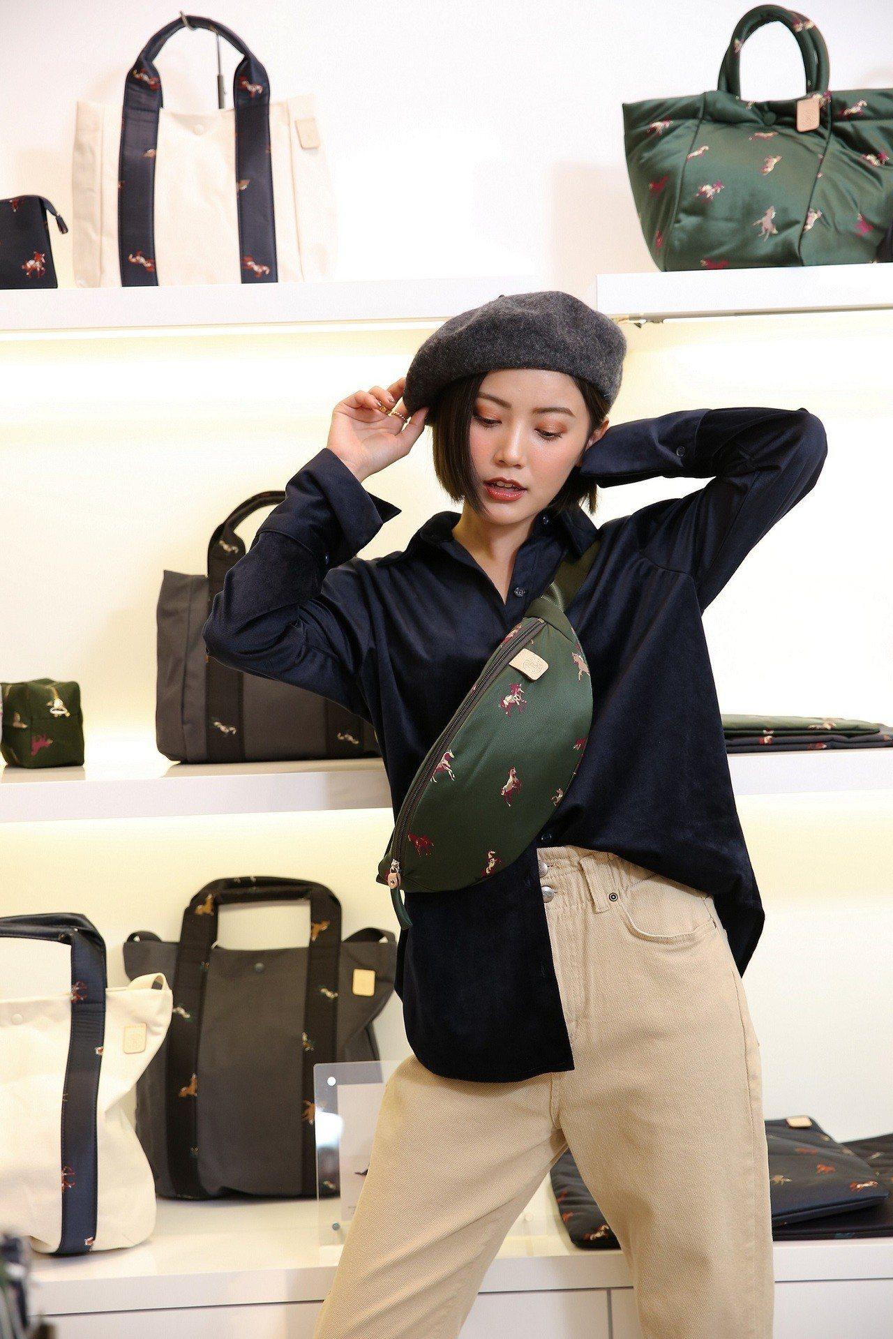 將小包當成胸包在背也是十分流行的背法。圖/russet提供