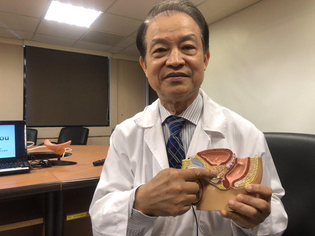 殷約翰醫師表示,男性若有排尿不順狀況,要盡早就醫。記者劉嘉韻/攝影