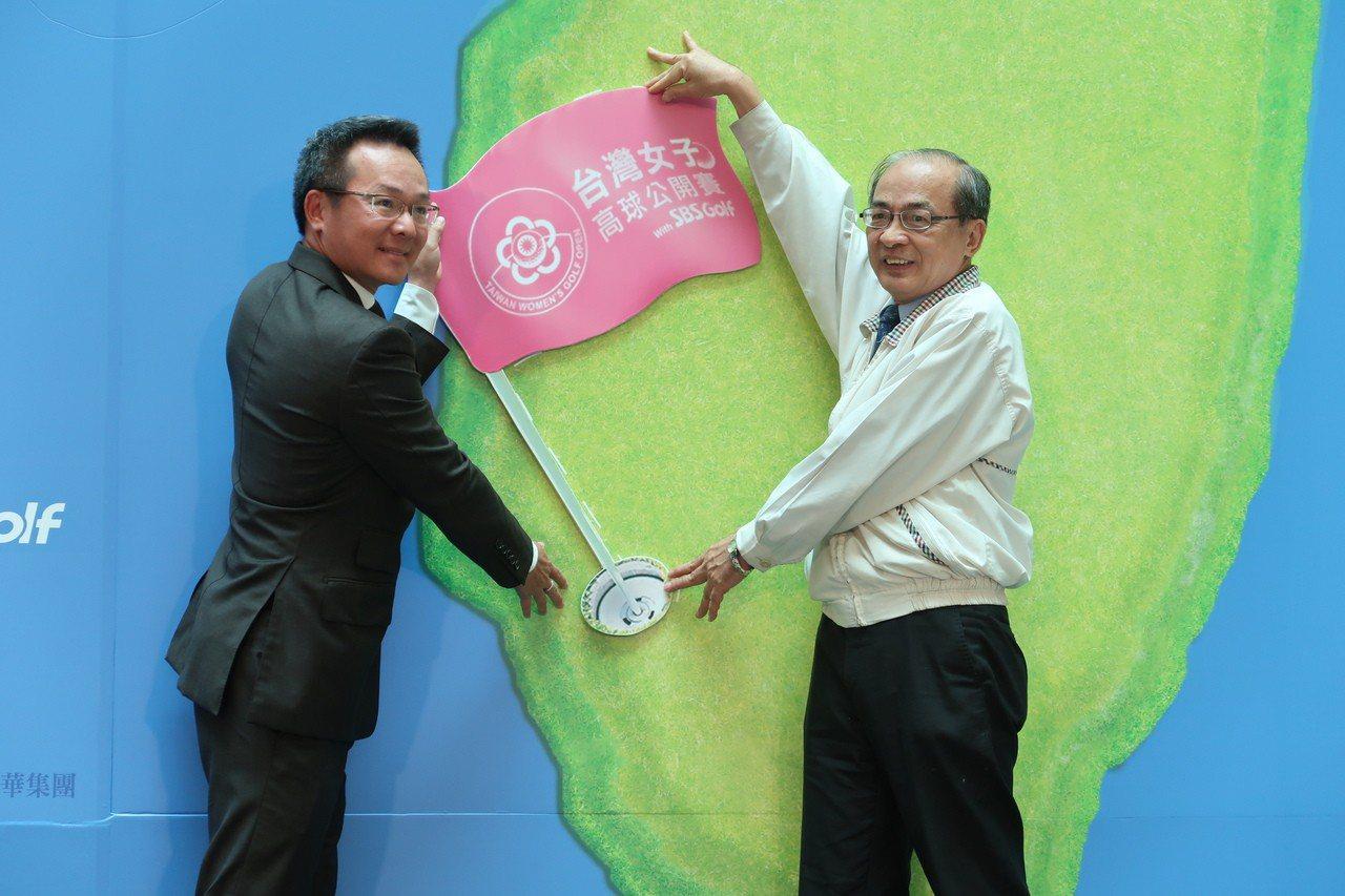 高雄市副市長洪東煒(右)與中華民國高爾夫協會理事長王政松(左),代表將台灣女子高...