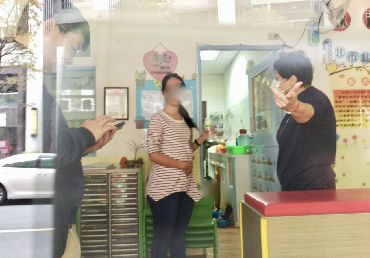 淯薪托嬰中心夏姓主任(右)面對虐童態度不善。記者魏翊庭/攝影