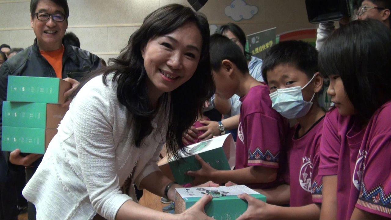 李佳芬代表贈送機器人,給每個小林國小學童當「學習夥伴」。記者王昭月/攝影